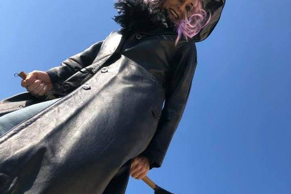 Une sorcière enseignante, perchée sur son balai, a profité de l'occasion pour faire un coucou à ses élèves.