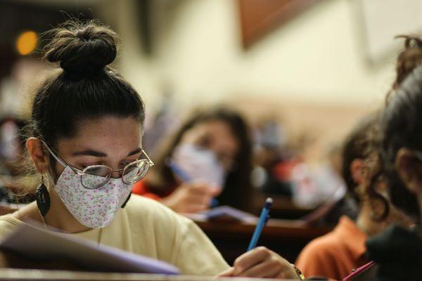 Sur les bancs des universités, le protocole sanitaire impose le port du masque.