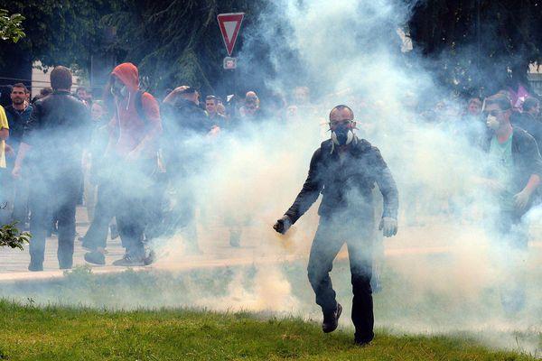 Malgré l'interdiction, près de 1000 personnes défilaient dans les rues de Nantes le jeudi 19 mai.