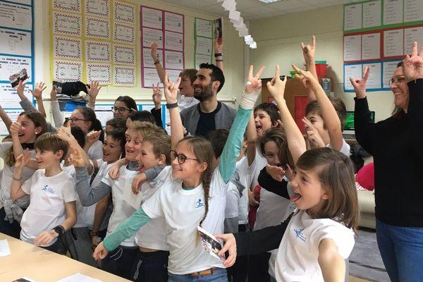 Martin Fourcade rend visite aux élèves de l'école de Laiches, à Villard-de-Lans, ce mardi 4 février.
