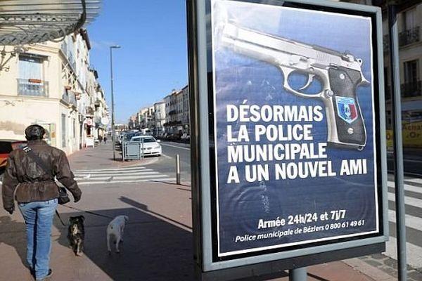 Béziers (Hérault) - les affiches vantant l'armement de la police municipale - 11 février 2015.