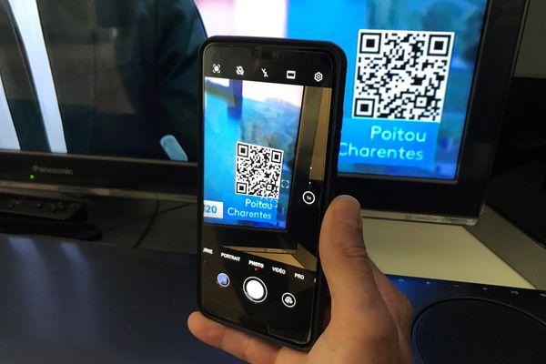 Il suffit d'approcher votre smartphone de l'écran pour capter le QR-Code affiché à l'antenne.
