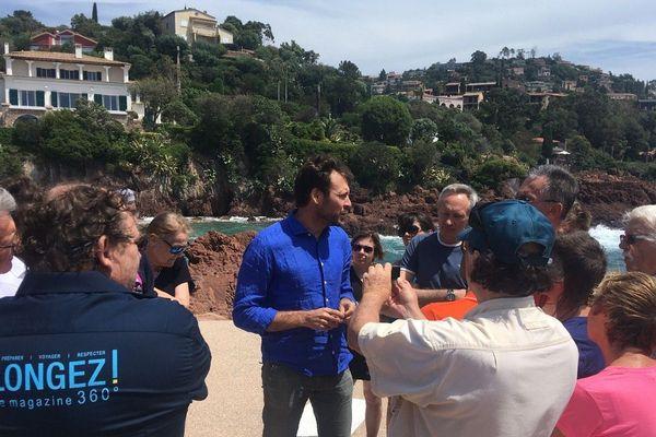 Le plongeur et naturaliste Laurent Ballesta à Théoule le 15 juin discute avec des plongeurs passionnés.
