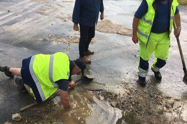 Ce 9 juin, les employés municipaux s'activent pour dégager les évacuations d'eau saturées par les derniers orages