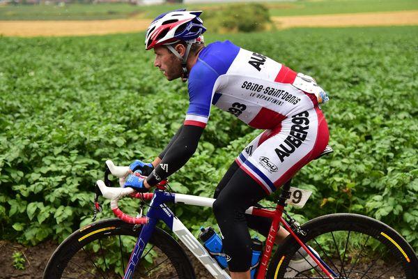 Steven Tronet et son maillot de champion de France.
