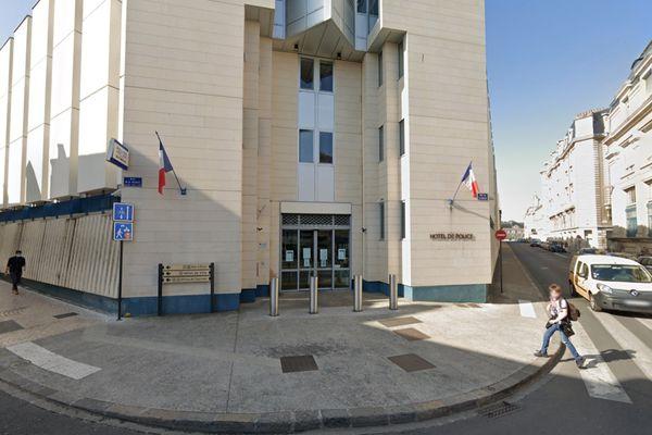 Les faits se sont déroulés devant le commissariat de police de Poitiers, rue de la Marne.