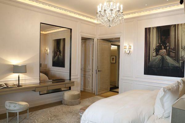 """L'hôtel de Crillon rouvre ses porte ce mercredi. Parmi les 124 chambres qu'il possède, celle des """"Grands appartements"""", conçue par Karl Lagerfeld."""