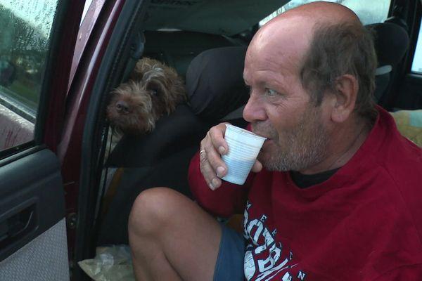 Tous les matins, Laurent a un rituel: il se prépare un café qu'il consomme froid, faute de pouvoir chauffer l'eau dans sa voiture.