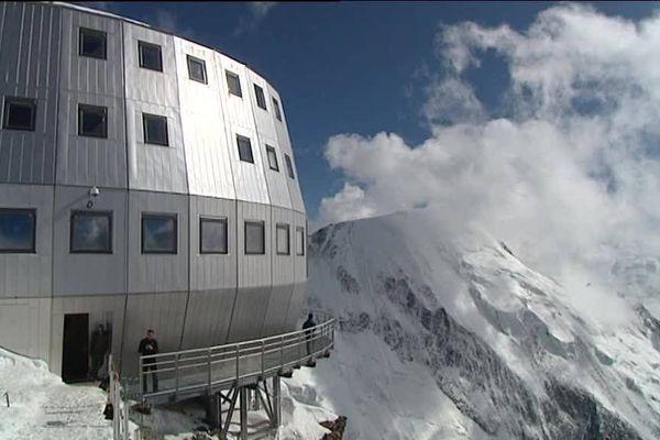A 3815 mètres d'altitude, le refuge du Goûter est situé sur la voie royale qui mène au mont Blanc. Sa surfréquentation a posé d'innombrables problèmes au point que son accès a été réglementé.