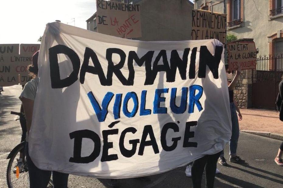 """""""Darmanin violeur dégage"""" : à Dijon, des associations manifestent contre la venue du ministre de l'Intérieur"""
