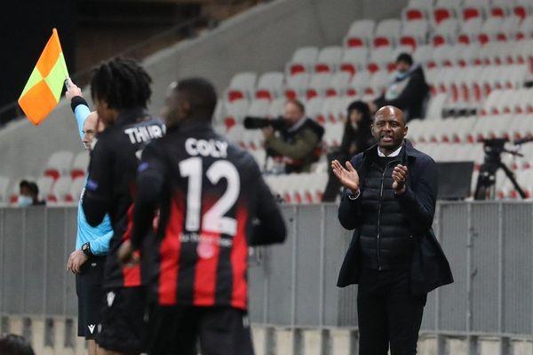 Patrick Vieira encourage ses joueurs lors du match contre Leverkusen à l'Allianz Riviera.