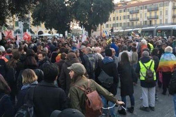 Plusieurs centaines de personnes place Garibaldi pour soutenir la militante hospitalisée.