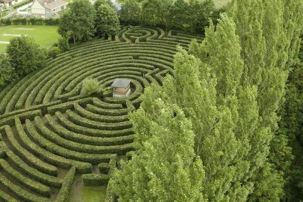 Un labyrinthe géant dans la campagne du pays de Bray à Massy (Seine-Maritime).