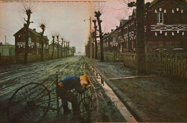 """La photo de Jean-Michel Longeois dans le Sunday times en 1966. Avec cette légende : """"Un jeune cycliste dans un village du bassin minier""""."""
