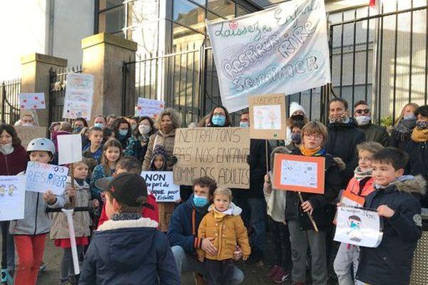 Des parents d'élèves ont manifesté ce matin dans le centre de Saint-Nazaire, contre le port du masque à l'école