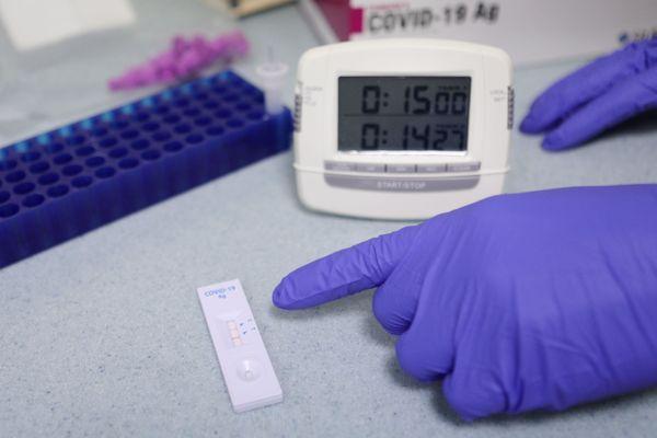 Depuis le 31 octobre, les pharmaciens, médecins et infirmiers peuvent pratiquer les tests antigéniques.