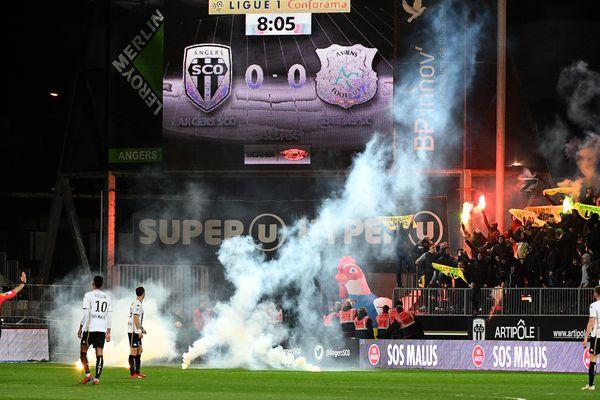 Des fumigènes lancés par la Brigade Loire lors du match Angers SCO-Amiens SC, le 16 mars 2019