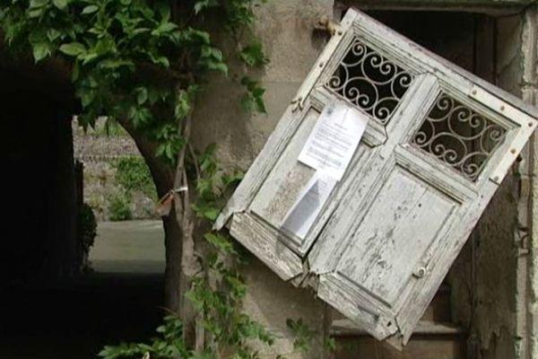 A Saint-Béat, un an jour pour jour après les inondations, le centre ville porte encore les stigmates de la crue.