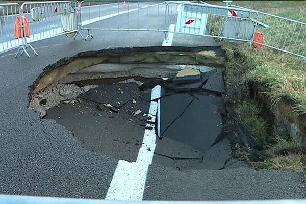 Le trou apparu jeudi soir en bordure de chaussée à la sortie de l'autoroute de Villers-Bretonneux.