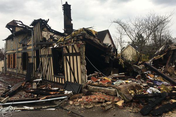 L'incendie a ravagé toute la maison à pans de bois.