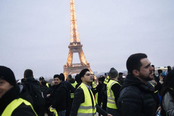 Un rassemblement de gilets jaunes à proximité de la tour Eiffel, au cours de l'« acte 7 » du mouvement fin décembre 2018.