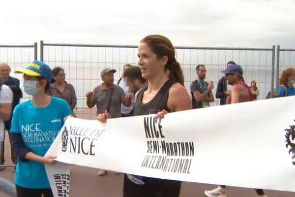 Alice Ward termine première du semi-marathon en 1h26.