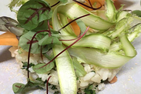 La recette de confinement du chef étoilé Mathieu Aumont : un risotto aux asperges et légumes de printemps