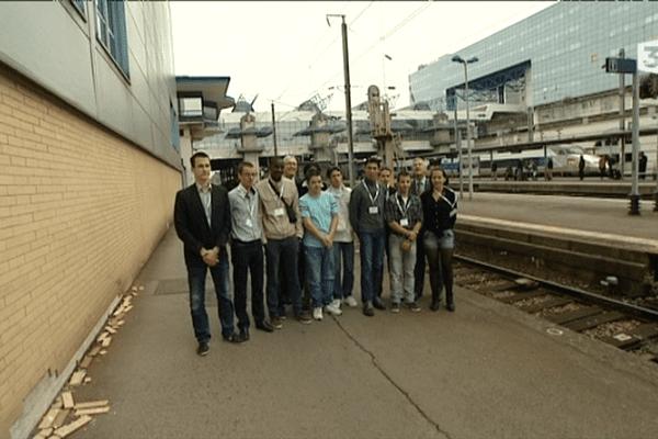 La SNCF participe à l'emploi de jeunes peu diplômés via des contrats d'avenir.