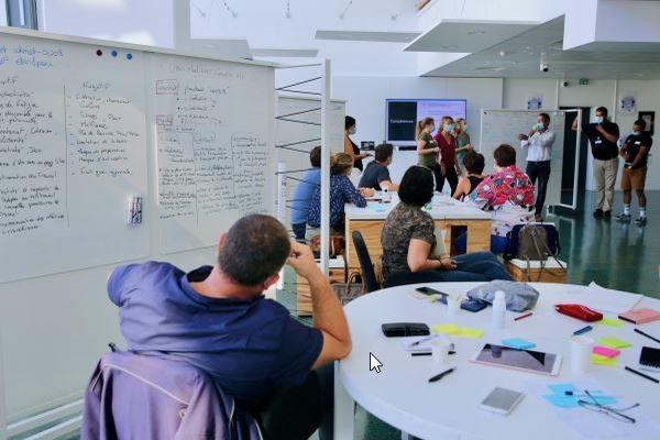 """""""Les ateliers mêlent plusieurs compétences : le travail en équipe, la capacité d'analyse et de compréhension des enjeux de ces innovations"""", Samira Karrach."""