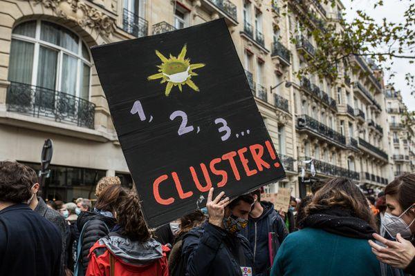 """Une pancarte """"1,2,3... Cluster !"""" lors de la grève sanitaire des professeurs, le 10 novembre 2020."""