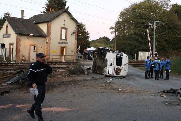 Octobre 2011, une collision entre un train et poids lourd cause la mort de trois personnes à Saint-Médard-sur-Ille