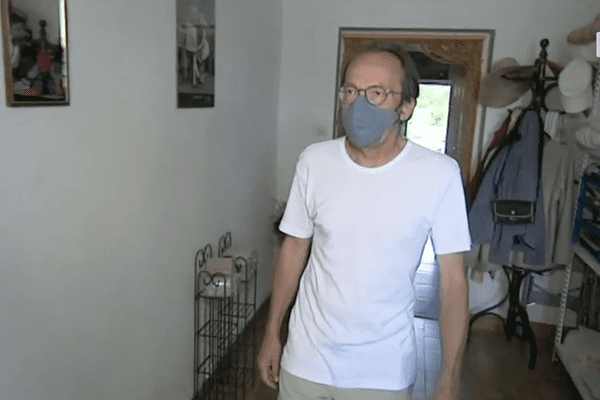 André Griffon a exceptionnellement reçu l'équipe de tournage à l'intérieur de sa maison. Pour se protéger de ce contact qui peut causer chez lui de nombreux troubles, il porte un masque.