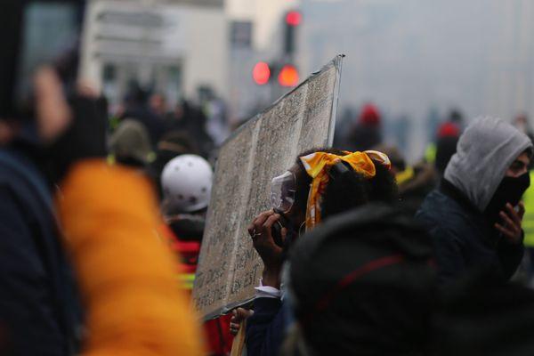 La manifestation nantaise des gilets jaunes le samedi 06 avril, avant que des participants ne soient nassés dans deux impasses par les forces de l'ordre, où de nombreux témoins dénoncent des violences policières.