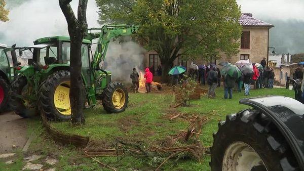 A l'initiative des Jeunes agriculteurs de Lozère, une cinquantaine d'agriculteurs a protesté devant les bureaux du Parc National des Cévennes mardi 22 octobre 2019.