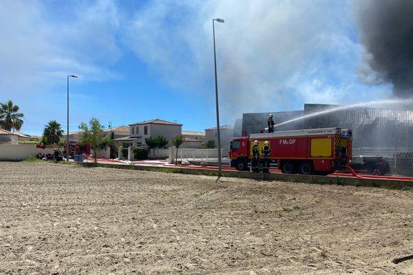 Certaines habitations voisines sont très proches des flammes, elles ont été évacuées