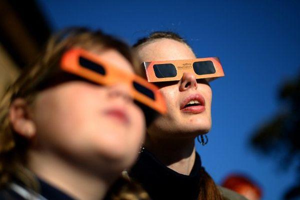Pour observer une éclipse solaire, il faut utiliser des lunettes de protection spécifiques