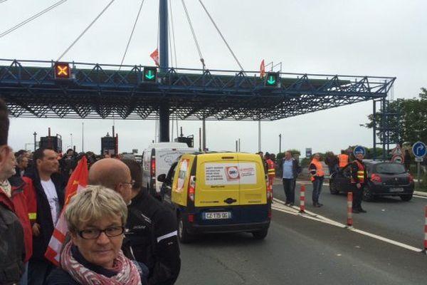 Opération péage gratuit et barrage filtrant à l'entrée du pont de l'Île de Ré.