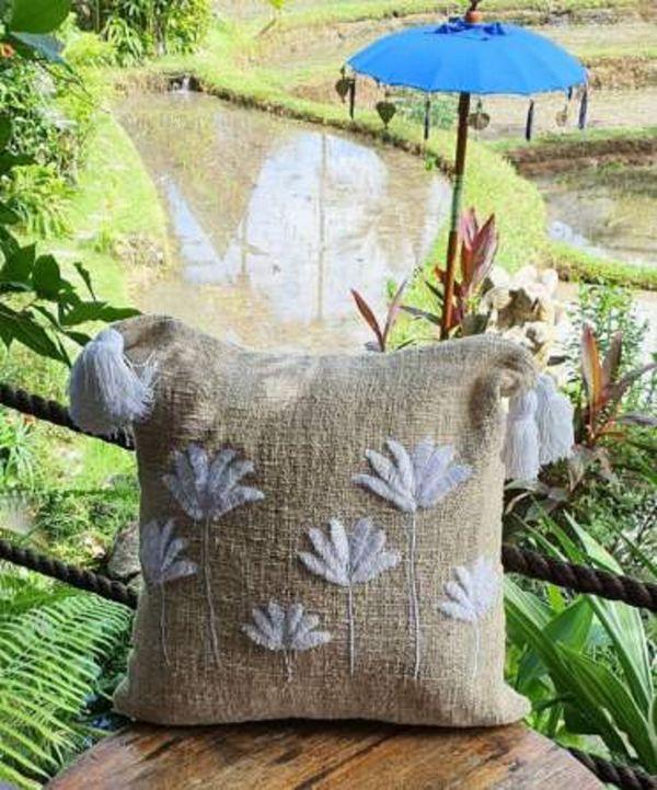 Des coussins confectionnés à Bali par des artisans locaux.
