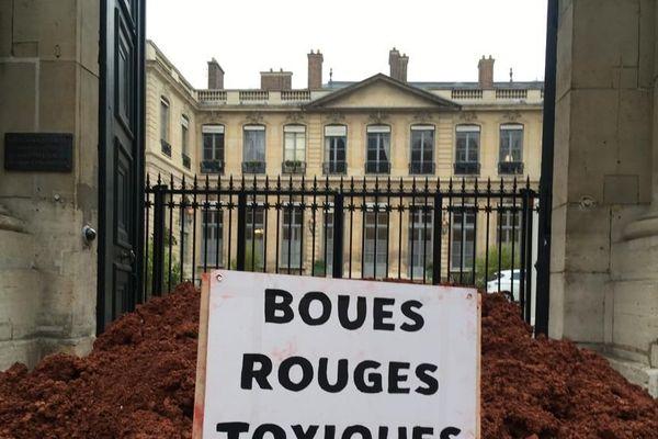 Des boues rouges en provenance de l'usine Alteo ont été déversées par des militants écologistes devant le ministère de la Transition écologique à Paris le 12 février 2019.