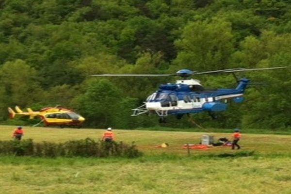 """Le Super Puma EC 225 est le dernier né de la famille des Super Pumas. Un hélicoptère de la classe des 11tonnes fabriqué par Eurocopter. Il peut transporter des charges allant jusqu'à 4,5 tonnes. C'est ce """"Supercopter"""" RTE qui est venu, jeudi, récupérer l'hélicoptère accidenté et échoué dans un champ de Haute-Loire depuis le début de la semaine."""