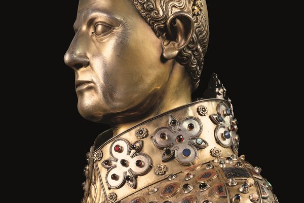 Joyau de la collection, le buste de San Gennaro est un bijou d'orfèvrerie, réalisé en argent doré et incrusté d'émaux et de pierres précieuses