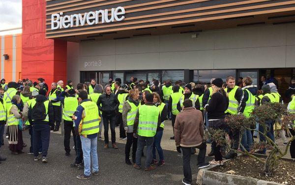 """En raison d'un rassemblement de """"gilets jaunes"""", le magasin Carrefour à Marzy a fermé ses portes dans la matinée du samedi 24 novembre 2018"""