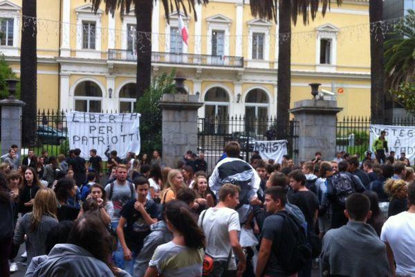 23/09/15 - Manifestation lycéenne à Ajaccio en soutien à Paul-André Contadini, incarcéré à Fresnes. En grève de la faim, il demande son rapprochement en Corse.