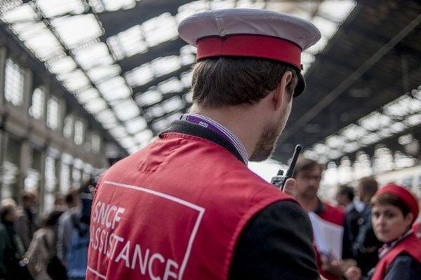 Lundi 16 juin, les sièges nationaux et régionaux des directions de la SNCF seront fermés. Leurs agents seront tous présents dans les gares, en gilets rouges, afin d'aider les étudiants qui se rendent dans les centres d'examens du baccalauréat.