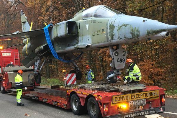 Un avion de chasse à la traîne