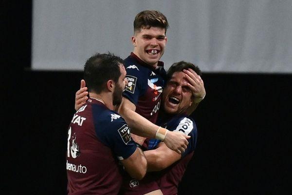 Le demi d'ouverture de Bordeaux-Bègles, Matthieu Jalibert, félicité par ses coéquipiers après leur victoire en Top 14 contre le Racing 92, à Nanterre, le 23 janvier 2021. FRANCK FIFE - AFP
