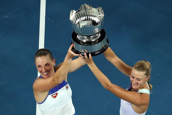 Mladenovic brandit le trophée de l'Open d'Australie