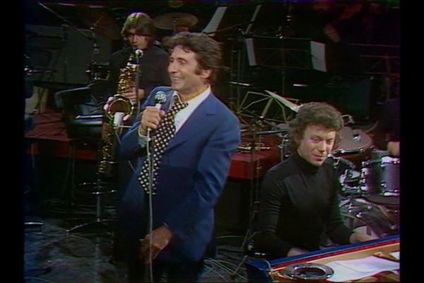 """26 juin 1976, Gilbert Sigrist et un orchestre accompagnent Gilbert Bécaud dans l'émission """"Numéro 1"""""""
