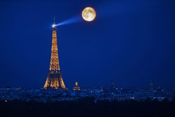 La Tour Eiffel, de nuit.