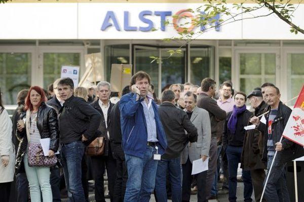 Des salariés d'Alstom protestent devant le siège de leur entreprise à Saint-Ouen, en novembre 2014.